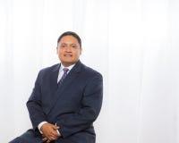 Professioneller hispanischer Mann in der Klage mit überzeugtem Ausdruck Stockfoto