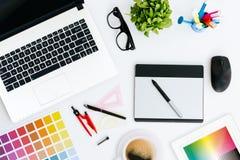Professioneller kreativer Grafikdesignerschreibtisch Stockbild