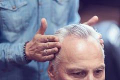 Professioneller männlicher Friseur, der Haareinstellung tut stockbild