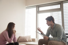 Professioneller männlicher Psychologe, der mit schreiender Frau des Umkippens, ps spricht stockbilder
