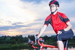 Professioneller männlicher Radfahrer auf dem Fahrrad Ausgerüstet mit Sommer-Fahrrad-Ausstattung lizenzfreies stockfoto