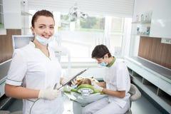 Professioneller männlicher zahnmedizinischer Doktor arbeitet mit Stockfoto