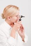 Professioneller weiblicher Doktor mit medizinischem Hilfsmittel Lizenzfreies Stockfoto