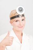 Professioneller weiblicher Doktor mit medizinischem Hilfsmittel Stockfotos
