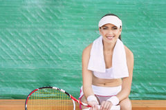 Professioneller weiblicher Tennis Spieler, der Rest auf Bank von Tennis hat Stockbild