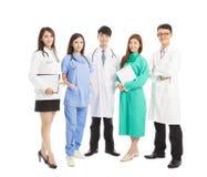 Professionelles Arztteam, das über weißem Hintergrund steht Stockfotografie