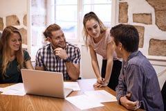 Professionelles junges Geschäftsteam im Geistesblitz Lizenzfreie Stockfotos