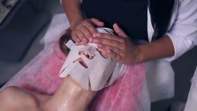Professionellescarboxytherapy für junge Frau im Badekurortsalon Nahaufnahmeansicht von Berufscosmetologist apllying Special stock video footage