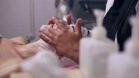 Professionellescarboxytherapy Weiblicher Cosmetologist, der spezielle Maske auf Frau ` s Gesicht und Hals anwendet Kamerabewegung stock video