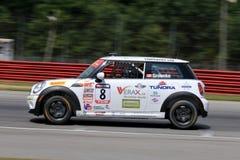 ProfessionellMINI Cooper racerbil på kursen Arkivfoto