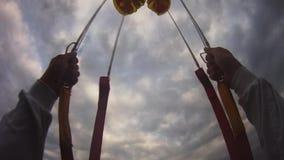 Professionelln hoppa fallskärm förklädeflyg i himmel wind extremt höjd Landskap stock video