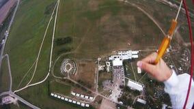 Professionelln hoppa fallskärm förklädet som flyger ovannämnda gröna fält afton extremt stock video