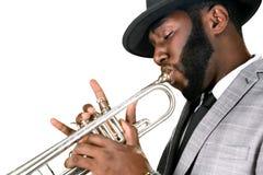 Professionelln spelar trumpeten Royaltyfri Foto