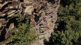 Professionelln vaggar klättraren på en klippa arkivfilmer