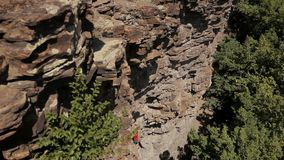 Professionelln vaggar klättraren på en klippa lager videofilmer