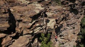 Professionelln vaggar klättraren på en klippa stock video
