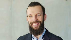 Professionista barbuto sorridente felice dell'uomo di affari stock footage