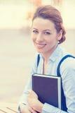 Professionista, bella donna di affari sicura con il libro Fotografia Stock Libera da Diritti