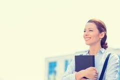 Professionista, bella donna di affari sicura con il libro Immagine Stock Libera da Diritti
