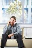 Professionista che ascolta il phonecall sul sofà Fotografia Stock Libera da Diritti