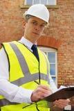 Professionista della costruzione con i appunti Fotografia Stock Libera da Diritti