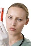 Professionista femminile di sanità che esamina un campione Fotografia Stock