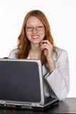 Professionista medico in cappotto del laboratorio al computer portatile Immagini Stock