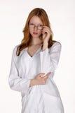 Professionista medico in cappotto del laboratorio con la mano sui vetri Fotografie Stock