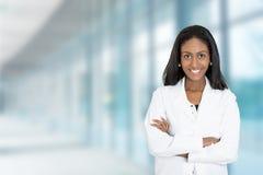 Professionista medico di medico femminile afroamericano sicuro immagini stock