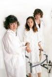 Professionisti medici che aiutano paziente Fotografia Stock