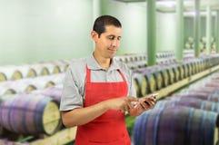 Professionnel de vin à l'aide d'un téléphone intelligent image stock