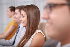 Professionnel féminin d'affaires lors de la réunion photos stock