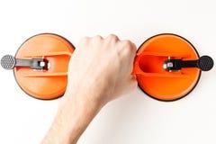 Professionnel installe le verre avec une tasse d'aspiration pour l'installation photographie stock libre de droits