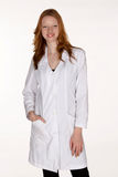 Professionnel médical avec la main dans la poche de couche de laboratoire Photographie stock libre de droits