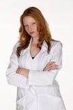 Professionnel médical dans la couche de laboratoire avec des bras pliés Photographie stock