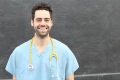 Professionnel masculin heureux sûr de soins de santé avec l'espace de copie photos stock