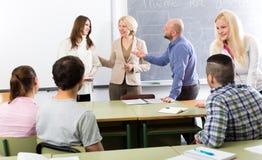 Professionnels et entraîneur à la formation image libre de droits