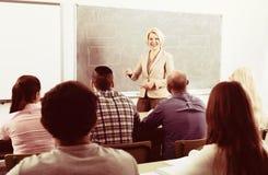 Professionnels et entraîneur à la formation images libres de droits