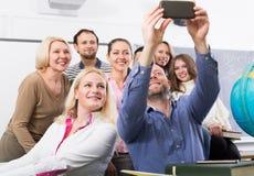 Professionnels et entraîneur faisant le portrait de groupe images libres de droits