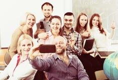 Professionnels et entraîneur faisant le portrait de groupe photos stock