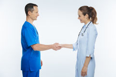 Professionnels médicaux amicaux se serrant la main Photographie stock