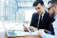 Professionnels modernes discutant le travail lors de la réunion de planification image stock