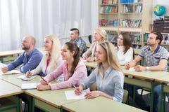 Professionnels prenant des notes au stage de formation image stock