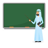 Professor árabe superior, professor muçulmano estando o quadro-negro próximo na sala de aula na escola, na faculdade ou na univer Fotografia de Stock Royalty Free