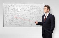 Professor auf whiteboard unterrichtender Geometrie stockfotografie