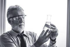 Professor av den yrkesmässiga forskaren för kemi med mikroskopet arkivbilder