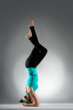 Professor bonito da ioga que faz a postura da aptidão Fotos de Stock