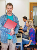 Professor com as estudantes universitário novas que usam computadores na sala de computador Fotografia de Stock Royalty Free