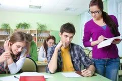Professor com grupo de estudantes na sala de aula imagens de stock