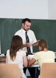 Professor com os estudantes no auditório foto de stock
